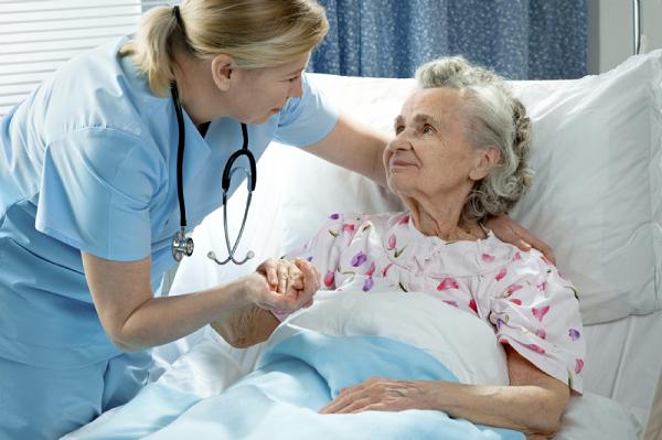 Sau phẫu thuật ung thư buồng trứng người bệnh cần được chăm sóc chu đáo
