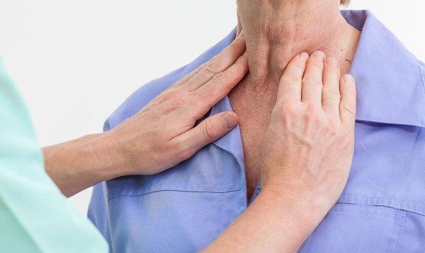 Nổi hạch cổ là một trong những dấu hiệu ung thư vòm họng giai đoạn 2 có thể gặp