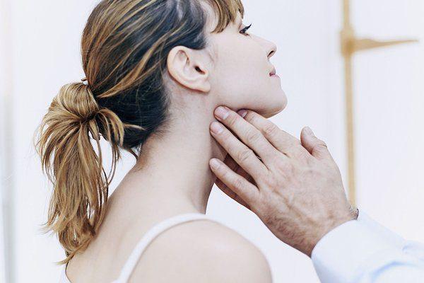 Hạch cổ dưới hàm có thể do cơ thể nhiễm siêu vi hay do ung thư
