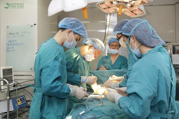 Bệnh viện Thu Cúc có đội ngũ bác sĩ chuyên môn giỏi sẽ trực tiếp phẫu thuật u tuyến giáp cho khách hàng