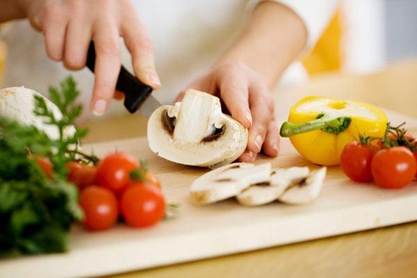 Người bệnh nên lựa chọn những thực phẩm tươi, sạch như các loại nấm, rau củ quả