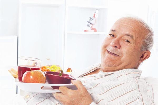 Sau phẫu thuật ung thư tuyến giáp người bệnh cần có chế độ ăn uống phù hợp nhằm cải thiện sức khỏe