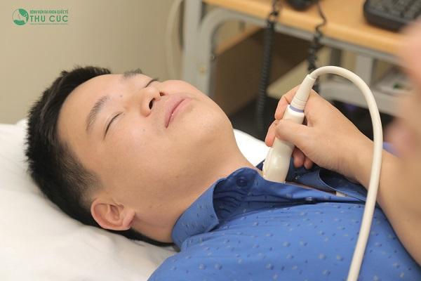 Bác sĩ bệnh viện Thu Cúc đang siêu âm tuyến giáp cho khách hàng