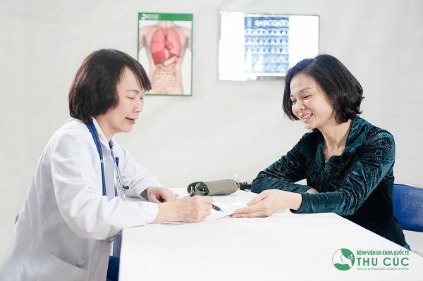 Bác sĩ bệnh viện Thu Cúc đang tư vấn thăm khám bệnh cho người bệnh