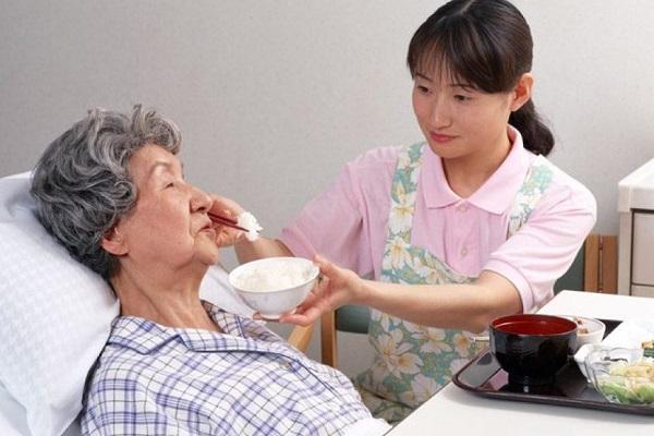Người bệnh ung thư dạ dày cần được chăm sóc chu đáo, ăn uống phù hợp sẽ góp phần cải thiện sức khỏe