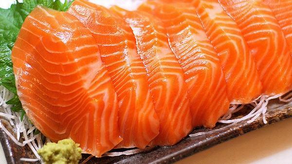 Omega-3 trong cá hồi là một chất béo lành mạnh có tác dụng bảo vệ tế bào chống lại ung thư cổ tử cung và các loại ung thư khác.
