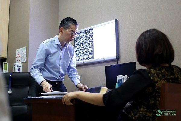 TS. BS Lim Hong Liang tư vấn điều trị ung thư cho bệnh nhân