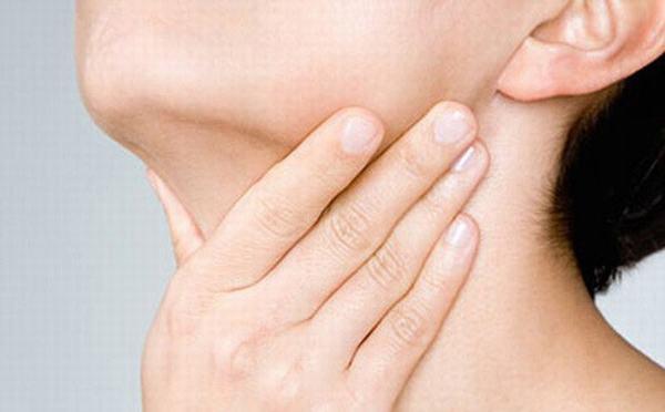 U tuyến giáp lành tính thường không có triệu chứng rõ ràng, người bệnh có thể sờ thấy có khối u vướng cộm hoặc thấy cổ sưng