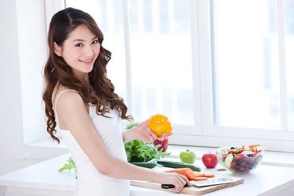 Áp dụng chế độ ăn uống khoa học và lối sống sinh hoạt hợp lý sẽ giúp phòng ngừa ung thư buồng trứng hiệu quả