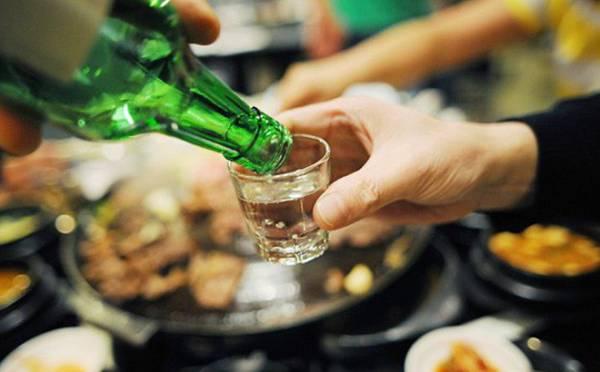Cần tránh uống rượu bia vì nó có thể khiến tình trạng viêm amidan tái phát và nặng hơn