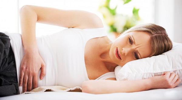 Bệnh viêm lộ tuyến cổ tử cung thường khiến chị em xuất hiện các triệu chứng đau khi quan hệ tình dục, chảy máu âm đạo bất thường, khí hư ra nhiều với màu sắc và mùi lạ