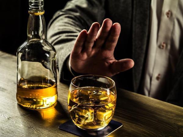 Người bệnh viêm gan C nên tránh uống rượu bia vì nó có thể khiến tình trạng bệnh nghiêm trọng hơn