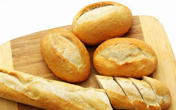 Khi bị xuất huyết dạ dày người bệnh nên ăn những thực phẩm có thể thẩm hút axit dịch vị tốt như bánh mì, bánh quy, gạo...