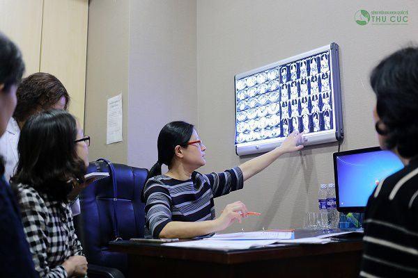 TS. BS See Hui Ti đang tư vấn điều trị bệnh cho khách hàng tại Bệnh viện Thu Cúc