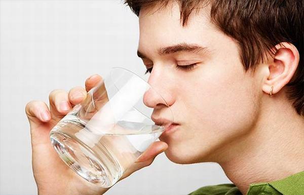 Uống nhiều nước là cách làm giảm trào ngược thực quản đơn giản nhất mà bạn có thể áp dụng