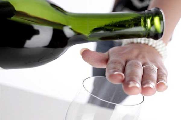 Người bệnh đau dạ dày cũng nên tránh những loại đồ uống có cồn như rượu, bia