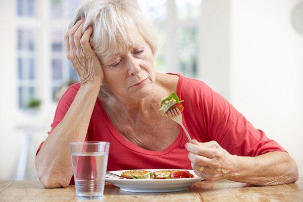 mệt mỏi, chán ăn là những dấu hiệu xơ gan thường gặp