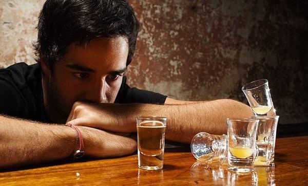 Rượu bia là một trong những nguyên nhân khiến bạn dễ bị men gan tăng cao