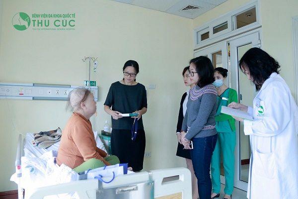 TS. BS See Hui Ti thăm bệnh nhân điều trị nội trú tại Bệnh viện Thu Cúc