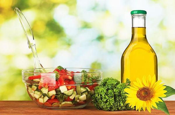 Các loại mỡ động vật có thể khiến tình trạng gan nhiễm mỡ nghiêm trọng hơn, do đó người bệnh nên ăn các loại dầu thực vật như dầu lạc, dầu mè, dầu hướng dương...
