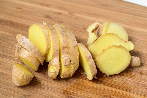 Gừng được coi như một loại thảo dược có nhiều công dụng như giữ ấm cơ thể, giảm tình trạng buồn nôn và nôn, tụt huyết áp...