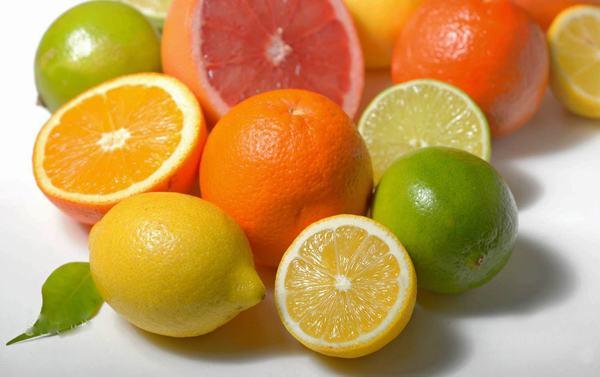 Khi bị trào ngược dạ dày người bệnh không nên ăn những thực phẩm giàu axit như cam, chanh...