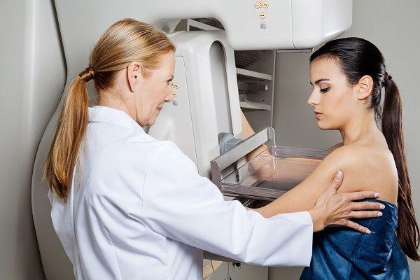 Chụp nhũ ảnh có thể phát hiện những bất thường sớm ở vú, là phương tiện sàng lọc ung thư phổ biến cho nữ giới từ 40 tuổi