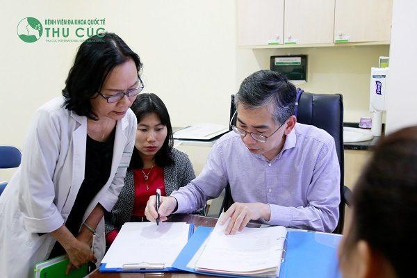 TS. BS Lim Hong Liang tư vấn điều trị cho bệnh nhân ung thư tại Bệnh viện Thu Cúc
