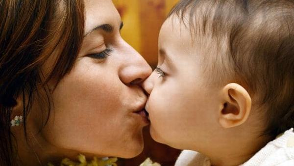 Để phòng ngừa vi khuẩn HP cha mẹ nên tránh mớm cơm cho bé, hôn trực tiếp vào miệng trẻ