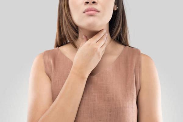 Đau họng hoặc cảm thấy khó chịu ở vùng họng là triệu chứng thường gặp khi bị viêm họng mạn tính