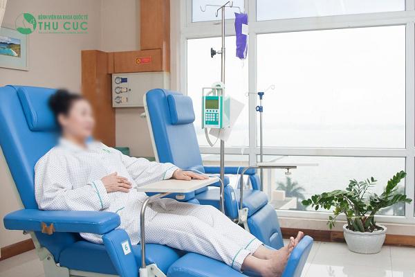 Phòng hóa trị tại Bệnh viện Thu Cúc có không gian rộng, thoải mái, các loại thuốc đều được nhập khẩu và bảo quản theo tiêu chuẩn Quốc tế