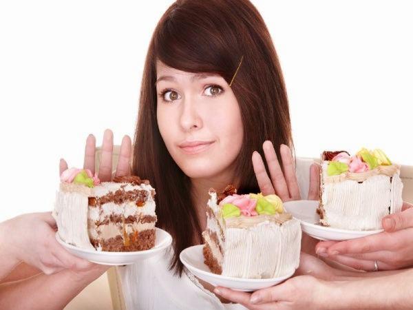 Khi bị u nang buồng trứng, chị em nên kiêng những thực phẩm ngọt, thực phẩm chế biến sẵn...
