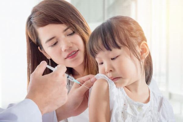 Ngoài ra, để phòng ngừa viêm gan A, cha mẹ cần cho bé tiêm vắc xin phòng ngừa bệnh theo đúng lịch tiêm chủng để hạn chế nguy cơ mắc bệnh