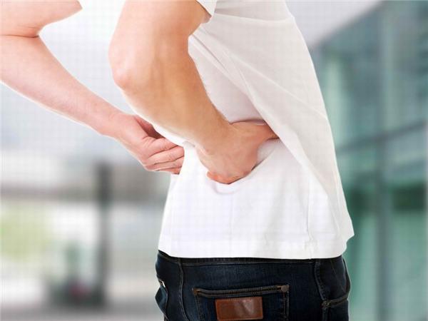 Người bệnh viêm bàng quang thường xuyên bị đau lưng, mệt mỏi, khó chịu