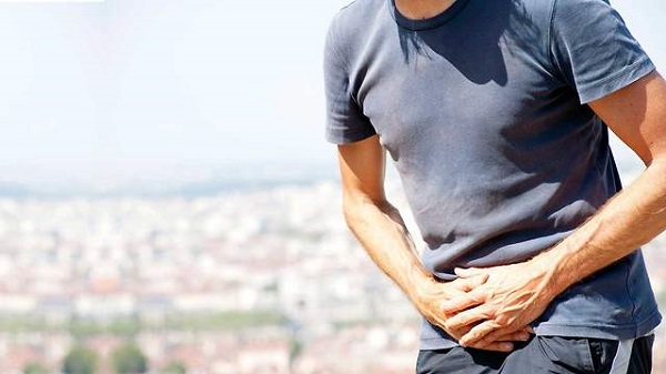 Ngoài máu trong nước tiểu, người bệnh còn gặp phải một số triệu chứng khác kèm theo như tiểu buốt, bí tiểu, đau...