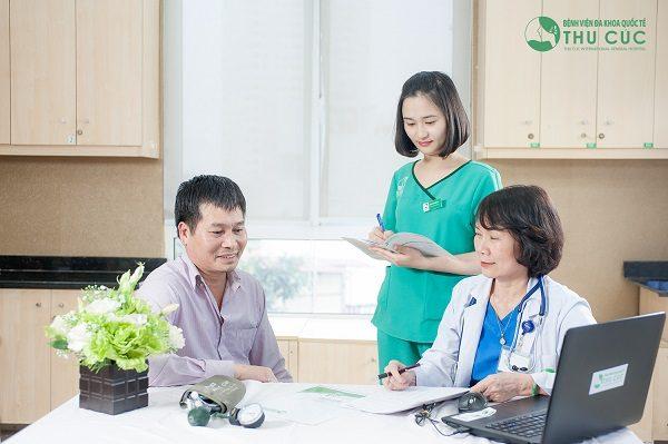 Ths. BS Nguyễn Thị Minh Hương - Trưởng Khoa Ung bướu, Bệnh viện Thu Cúc thăm khám cho người bệnh
