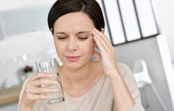 Thói quen uống ít nước hoặc không uống nước là một trong những nguyên nhân gây ra sỏi thận
