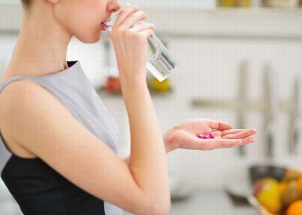 Người bệnh nhiễm EBV cần uống nhiều nước, nghỉ ngơi và uống thuốc theo chỉ định của bác sĩ