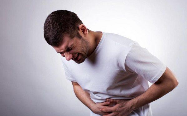 Đau dạ dày thường liên quan đến đau bụng thượng vị (trên rốn)