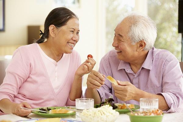 Để giảm tình trạng ợ chua, ợ nóng, người bệnh cần chú ý nghỉ ngơi và ăn uống đúng cách