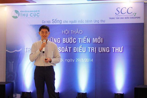TS. BS Zee Ying Kiat trực tư vấn điều trị ung thư tại Bệnh viện Thu Cúc