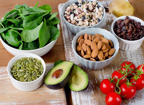 Phòng bệnh ung thư bàng quang với chế độ ăn uống giàu rau xanh, trái cây, các loại hạt.