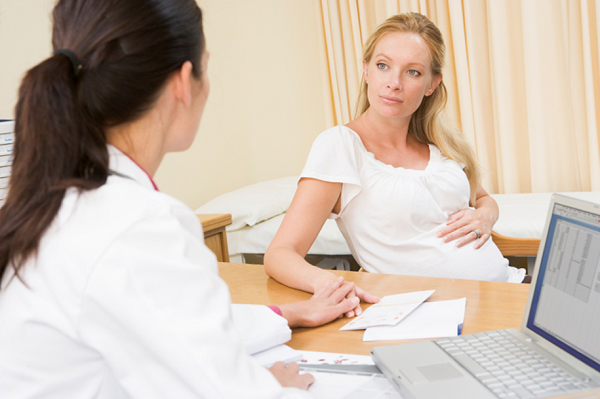 Chị em cần tham khảo ý kiến bác sĩ và tiêm phòng đầy đủ trước khi mang thai để ngừa lây nhiễm virus viêm gan B cho bé