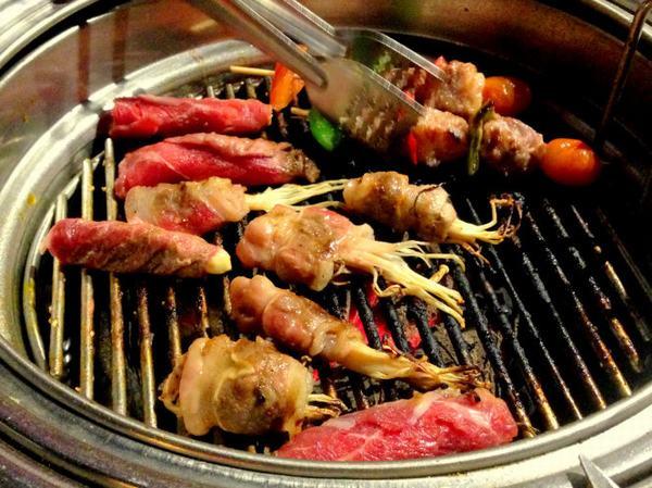 Trong thực đơn của người bệnh ung thư buồng trứng cần tránh những phẩm cay nóng, chiên rán, đồ nướng ở nhiệt độ cao