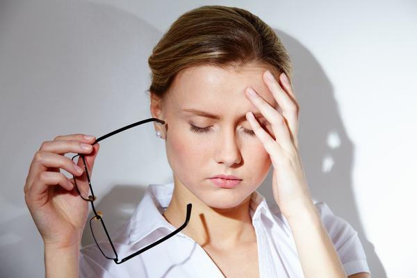 Khi bị viêm đại tràng, người bệnh có thể gặp tình trạng mệt mỏi, chán ăn, sốt...