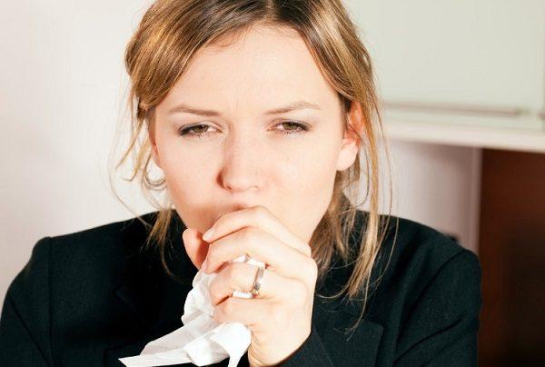 Ho khạc ra đờm là một trong những triệu chứng giãn phế quản thường gặp