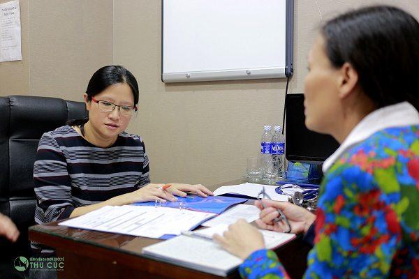 TS. BS See Hui Ti tư vấn điều trị ung thư cho bệnh nhân tại Bệnh viện Thu Cúc
