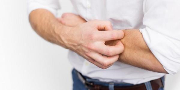 Đau bụng trên rốn là một trong những triệu chứng viêm thực quản có thể gặp