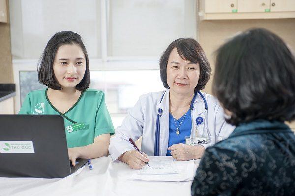 Ths. BS Nguyễn Thị Minh Hương - Trưởng Khoa Ung bướu - Bệnh viện Thu Cúc trực tiếp thăm khám cho khách hàng