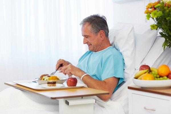 Người bệnh cần đảm bảo đầy đủ dinh dưỡng trong chế độ ăn uống hàng ngày